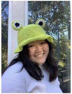 Crochet Frog, Cute Crochet, Crochet Crafts, Crochet Projects, Crochet Designs, Crochet Patterns, Cute Frogs, Cute Hats, Crochet Clothes