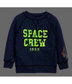 Een sweater van joggingstof met lange raglanmouwen en een glow-in-the-darkprint. Het model heeft een boord aan de onderkant en onder aan de mouwen.