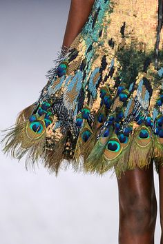 Peacock feather-trimmed sequined skirt in gold by Matthew Williansom   Imágen VOGUE   Me apasionan los pavos reales y sus plumajes. Esta fal...