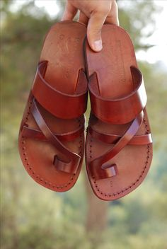 You need to choose wedding shoes that are the perfect match to your gown. Check out these tips to buy the perfect wedding shoes for your big day. Handmade Leather Shoes, Brown Leather Sandals, Leather Jewelry, Custom Leather, Leather Slippers, Mens Slippers, Sandals Outfit, Men Sandals, Unique Shoes