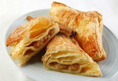 Unas ricas y fáciles empanadas de manzana hechas con hojaldre relleno de manzana, mermelada de chabacano, canela y piñones.