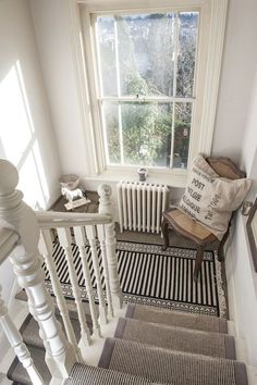 Design Ideen Für Treppen Design Ideas For Stairs Living Room The rest of the house continues with so Victorian Hallway, Victorian Townhouse, Victorian Decor, Style At Home, Staircase Landing, White Staircase, White Banister, Stair Landing Decor, Stair Decor