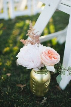 Golden Mason Jars Aisle Decor ~ Event Planning, Styling & Floral Design by Lovely Little Details, Photography by Flory Photo Spray Paint Mason Jars, Gold Mason Jars, Painted Mason Jars, Wedding Colors, Wedding Flowers, Gold Flowers, Dream Wedding, Wedding Day, Wedding Stuff