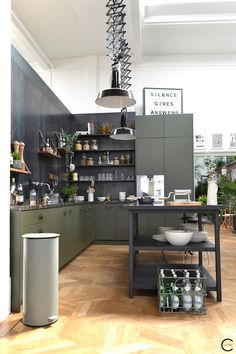 The Loft Amsterdam The Playing Circle August 2015 kitchen marble green inspiration styling Vloer! Loft Kitchen, Green Kitchen, New Kitchen, Kitchen Dining, Kitchen Ideas, The Loft, Kitchen Furniture, Kitchen Interior, Interior Concept