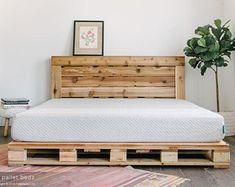 Palettenbett – The Oversized Queen – Beinhaltet Kopfteil und Plattform – Paletten projekte Pallet Bedframe, Wooden Pallet Beds, Diy Pallet Bed, Pallet Furniture, Pipe Furniture, Furniture Vintage, Pallet Wood, Furniture Design, Pallet Platform Bed