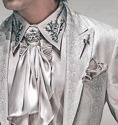 foulard y pañuelo al tono, broche corona con strass y alfiler espada gótica