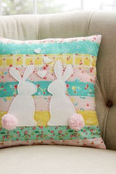 Sew Pillow Tutorial and pattern: Bunnies in Love patchwork pillow - Make a Spring throw pillow with patchwork and sweet bunnies! Bev from Flamingo Toes shares a free pattern and tutorial. I'm not sure what I love more – the hearts in the air between t… Easter Projects, Diy Craft Projects, Easter Crafts, Spring Projects, Easter Decor, Craft Ideas, Diy Pillows, Decorative Pillows, Throw Pillows