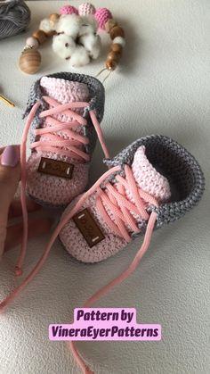 Crochet Shoes Pattern, Newborn Crochet Patterns, Baby Shoes Pattern, Booties Crochet, Baby Booties Free Pattern Knitting, Crochet Baby Sweaters, Crochet Baby Clothes, Crochet Baby Stuff, Knit Baby Shoes