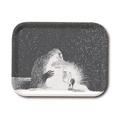 Stylish black and white tray featuring the Groke looking at a nightlight. It's handmade with a classic motif taken from Tove Jansson's original drawings. High quality wood, made in Sweden. Suitable for dishwasher. Guaranteed to bring some style to your dinner table.
