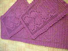 Jogo de tapetes em crochê feito em barbante 6  Composto por uma passadeira + - 115 cm de comprimento X 40 cm de largura e dois tapetes pequenos medindo + - 55 cm de comprimento x 40 cm de largura.  Pode ser feito em outras cores. R$ 125,00