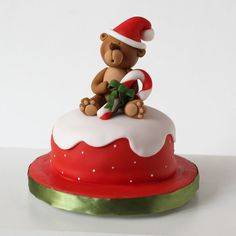 xmas cake with bear and overflow in white Mais Christmas Themed Cake, Mini Christmas Cakes, Christmas Cake Designs, Christmas Cake Topper, Christmas Cake Decorations, Christmas Sweets, Holiday Cakes, Christmas Baking, Xmas Cakes