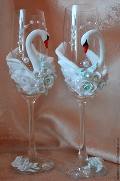 28 ideas for glass art diy paint Polymer Clay Projects, Clay Crafts, Diy And Crafts, Decorated Wine Glasses, Painted Wine Glasses, Wine Glass Crafts, Bottle Crafts, Wedding Wine Glasses, Wedding Crafts