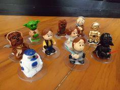 Personagens confeccionados em biscuit e fixados em base de acr�lico s�o uma �tima op��o de lembrancinha para festas do tema Star Wars! Confeccionamos qualquer personagem deste tema, independente dos mostrados nas fotos! Vem, gente! <br>Pedido m�nimo de 10 unidades.