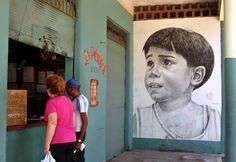 Muralistas cubanos decoran calles de La Habana.