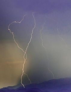Magnificent display of lightning in a periwinkle-blue sky ~ see the HEART! Heart In Nature, All Nature, Heart Art, Amazing Nature, Heart Sign, I Love Heart, Happy Heart, Images Lindas, Fuerza Natural
