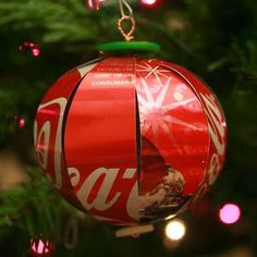 How to Recycle: Recycled Christmas Tree Ornaments. There are some awesome ideas in here for recycling items into DIY Christmas Ornaments. Recycled Christmas Decorations, Recycled Christmas Tree, Noel Christmas, Diy Christmas Ornaments, Christmas Balls, Holiday Crafts, Ball Ornaments, Cola Dose, Pop Can Crafts
