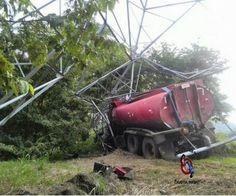 Camión se estrella contra torre de transmisión y provoca corte de luz en varios sectores de Alajuela - Sucesos - Nacional - Noticias   Teletica