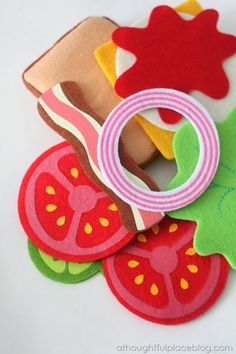 Children's Gift Idea: Felt Food Play Sets - I wouln't pay for something as simple as this. Perhaps that could be a great activity to do with children! Diy For Kids, Crafts For Kids, Comida Diy, Felt Food Patterns, Felt Play Food, Pretend Food, Homemade Toys, Childrens Gifts, Food Crafts