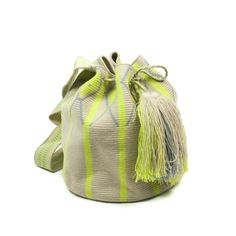 With this bag you'll be the last to Wayuu bags, hand made with the finest… Mochila Crochet, Knit Crochet, Crochet Bags, Tapestry Bag, Barrel Bag, Knitted Bags, Bucket Bag, Weaving, Pouch