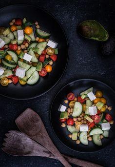 Simpele snelle en muti-inzetbare kikkererwtensalade met avocado en feta. Eet hem als lunch of serveer hem als bijgerecht. Heb je nog restjes? Gooi het erbij. Alles kan met dit gezonde recept. Kikkererwten Waar komt die naam toch vandaan … Zijn het soms erwten gemaakt van kikkers, of eten kikkers graag deze erwten? Krijg je er...Lees verder