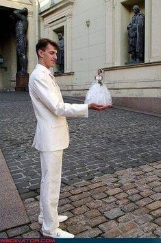 La foto en perspectiva de la novia diminuta. | 42 ideas para fotos de boda increíblemente divertidas que vas a querer copiar
