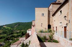 Postignano, nel comune di Sellano, scorcio Interno del borgo dopo il restauro