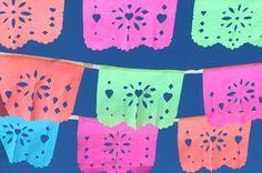 Cómo hacer papel picado. Intentamos hacer un hermoso papel picado mejicano y nos encantó como quedó. Así que juntamos este tutorial de fotos y vídeo para mostrarte cómo se hace. #papelpicadoscolores - https://happythought.co.uk/craft/tutorials/como-hacer-papel-picado