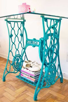 Sewing Machines Painting the vintage sewing machine base with a pop of color! Recycled Furniture, Furniture Projects, Furniture Makeover, Diy Furniture, Diy Projects, Old Sewing Machine Table, Treadle Sewing Machines, Antique Sewing Machines, Singer Table