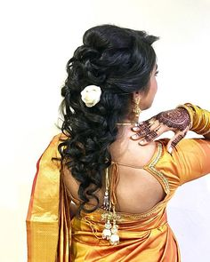 20 divine hairstyles to complete your saree Nine meters. Nine meters of a sare is enough to turn an ordinary woman into an Indian goddess. When a woman drapes a sari, she makes a statement. Hairstyles For Round Faces, Popular Hairstyles, Easy Hairstyles, Hair Images, Hair Pictures, Hair Style On Saree, Simple Hairstyle For Saree, Half Up Curls, Saree Hairstyles