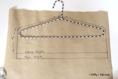 Secret pocket hanger tutorial: the perfect gift for any traveller. Small Sewing Projects, Sewing Hacks, Sewing Tutorials, Bag Tutorials, Bag Patterns To Sew, Tote Pattern, Sewing Patterns, Wallet Pattern, Coin Purse Tutorial