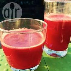 Gesunder Frühstückssaft mit Rote Bete - Ein super Saft zum Entschlacken und voller Vitamine. Es kommen Zitronen, Möhren, Äpfel und Rote Bete an den Saft.@ de.allrecipes.com