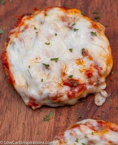 We are in love with this Easy Chicken Parmesan Chaffle Recipe! Not only is it … We are in love with this Easy Chicken Parmesan Chaffle Recipe! Not only is it a quick keto meal idea but it's loaded with flavor and perfect for the keto diet! Low Carb Keto, Low Carb Recipes, Healthy Recipes, Skinny Recipes, Quick Recipes, Keto Foods, Cupcakes, Cupcake Decoration, Quick Keto Meals