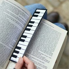 Piano keyboard bookmark-now this is great! Creative Bookmarks, Cute Bookmarks, Paper Bookmarks, Watercolor Bookmarks, Corner Bookmarks, Bookmark Crochet, Bookmark Craft, Diy And Crafts, Marque Page