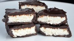 These healthy coconut bars are a great healthy alternative to a variety of commercial coconut bars full of sugar and saturated fats and I must say that they taste even better! Bolo Vegan, Vegan Cake, Desserts Sains, Protein Cake, Good Food, Yummy Food, Gluten Free Treats, Baking Flour, Sweet Bread