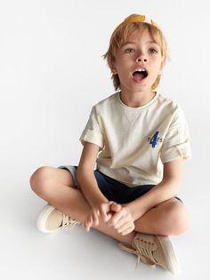 ZARA - Unisex - Oversized flame t-shirt - Ecru - 6 years inches) Cute 13 Year Old Boys, Cute Boys, Cute Kids Fashion, Boy Fashion, Boy Haircuts Long, Shoes Without Socks, Baby Kids, Baby Boy, Blonde Boys