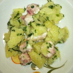 L'insalata tiepida di polpo e patate è un secondo piatto di pesce ricco e sostanzioso dai sapori mediterranei condita con una citronette.