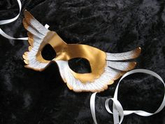 I love that this masks looks like a winged fox. The detail on the feathers is just beautiful.