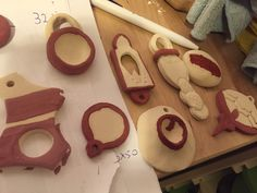 my craft-table is full of ideas. This are more items that i'm going to cover with a glaze coat (Botz's glazes).