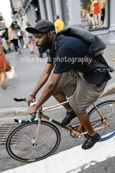 New York bike messenger. Photo by Mike Buick, Sydney… Urban Cycling, Urban Bike, Velo Biking, Commuter Cycling, Mtb, Bike Style, Men's Style, Bike Messenger, Fixed Gear Bike