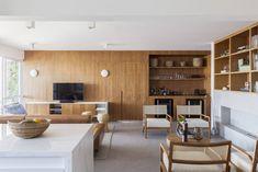 A presença da madeira é marcante neste apartamento no interior paulista, publicado pelo escritório GDL Arquitetura no site do Arkpad! A marcenaria desenhada especialmente para o projeto está em total harmonia com os móveis de mesmos tons!