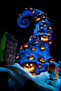 Tim Burton and Disney should really make a movie based on this ride Disneyland Halloween, Halloween Town, Holidays Halloween, Halloween Decorations, Halloween Stuff, Halloween Pictures, Halloween Season, Vintage Halloween, Earth Live Wallpaper