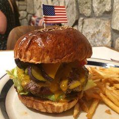 今月はヒッコリーバーガーをベースに夏野菜(ナスパプリカアスパラ)とチェダーチーズの夏野菜のヒッコリーチーズバーガー(-)/ #meallog #food #foodporn #burger #burger_jp #ハンバーガー #