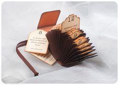 Klitzekleiner Adventskalender in Form einer Fächermappe, passt in eine Streichholzschachtel.  Der Adventskalender besitzt 24 Fächer, mit je einem numm