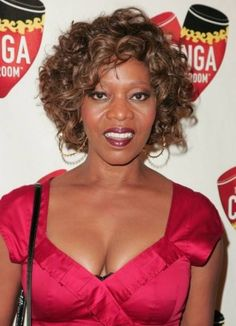 Alfre Woodard's Soft Curly Hairstyle Alfre Woodard's soft curls give a fresh, playful look to her hair and are a wonderful way to soften a mature face (Meg Ryan uses a short curly 'do also. Short Curly Hair, Short Hair Cuts, Curly Hair Styles, Over 40 Hairstyles, Short Hairstyles For Women, Hair Styles For Women Over 50, Cute Haircuts, Soft Curls, Beauty Recipe