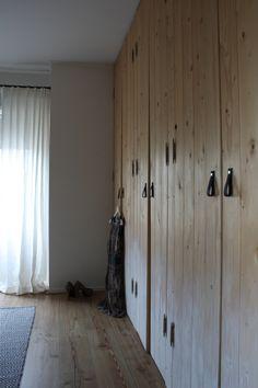 restyling slaapkamer: kastenwand met dip dye effect beschilderd, leren handgrepen, zwart wit vloerkleed, stuitende gordijnen