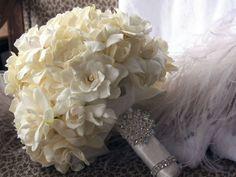 Ramo de novia con broche de color blanco