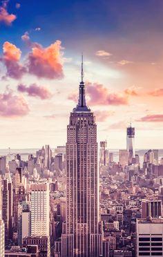 Eleito como uma das Sete Maravilhas do Mundo, o Empire State Building é o simbolo dos arranha-céus americanos e uma das marcas registradas da cidade de Nova York.