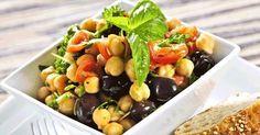 Insalata di ceci, pomodori e olive nere per mantenersi giovani