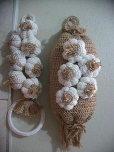 decoração alho cozinha Crochet Fruit, Crochet Food, Crochet Hats, Octopus Crochet Pattern, Selling Crochet, Butterfly Bags, Unique Bags, Crochet Handbags, Craft Ideas