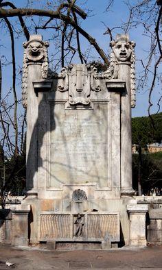 """La fontana è inserita nel parapetto del lungotevere Tor di Nona, nel punto in cui nell'antichità si trovavano un approdo sul fiume ed una torre delle mura Aureliane, che, adibita successivamente a deposito di derrate alimentari, era nota come """"torre dell'annona""""."""